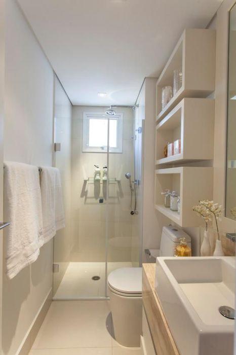 Небольшая ванная комната, которая оборудована всей необходимой сантехникой, системами хранения и аксессуарами.