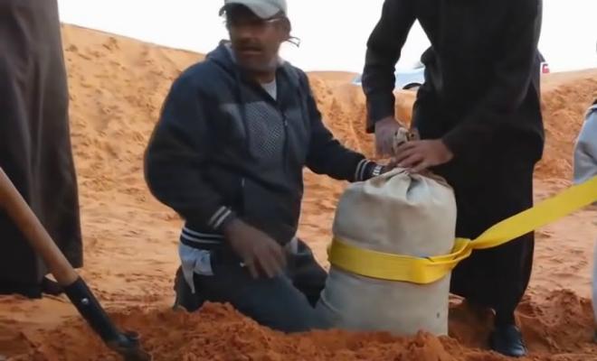 Вытаскиваем машину из грязи с помощью мешка с песком. Арабский способ борьбы с бездорожьем Культура
