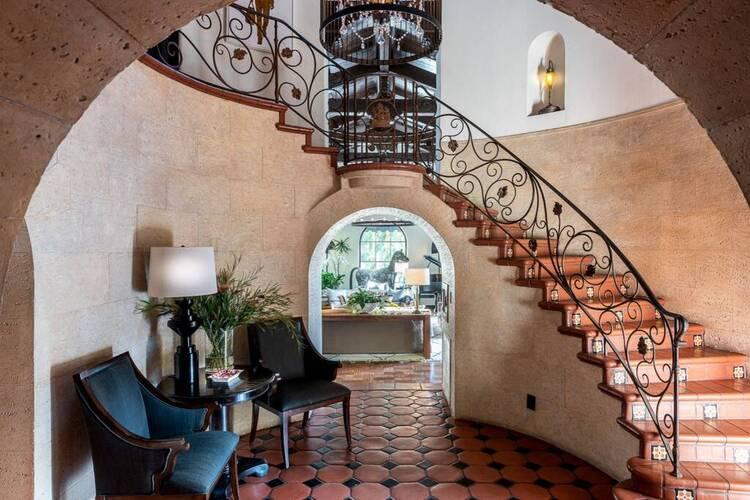 В гостях у Леонардо ДиКаприо: экскурсия по новому дому в Лос-Анджелесе, который он купил в подарок матери Стиль жизни,Дома звезд