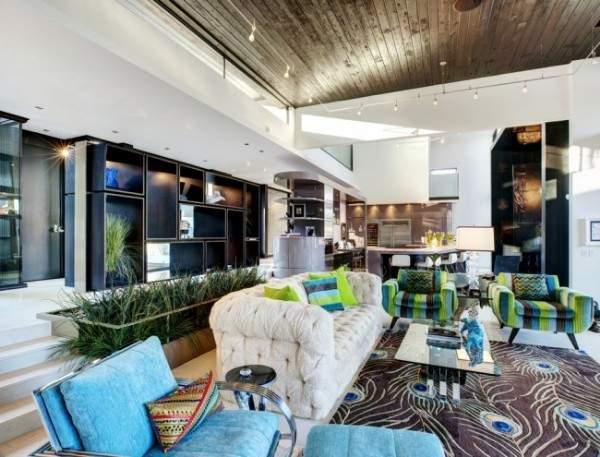 Яркий интерьер маленькой гостиной в частном доме с синими и зелеными акцентами
