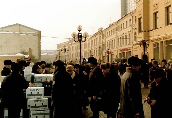 Уличная торговля апельсинами в Москве.