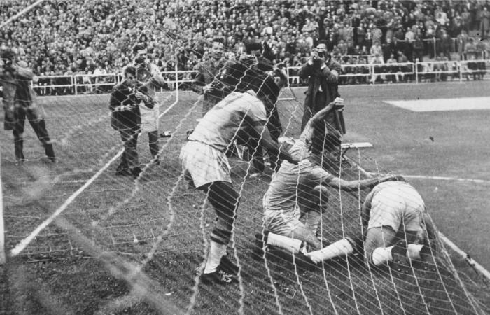 На 66-ой минуте Пеле открыл счёт и забил единственный гол в матче.