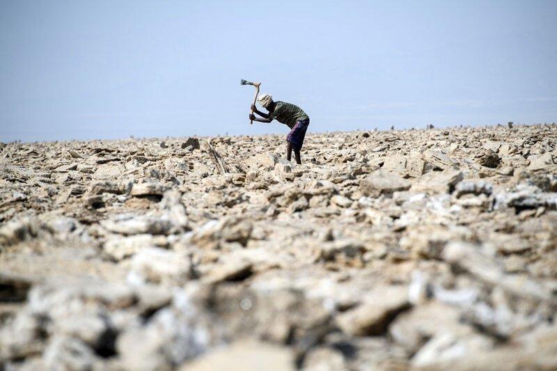 Местный мужчина вручную выкапывает соляные блоки. Фото: Карл Корт (Carl Court: Getty) безжизненное место, вулканы, интересное, фотографии