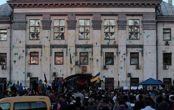 Националисты пикетируют российские посольства в Киеве и Харькове, в Одессе консульство заблокировала полиция
