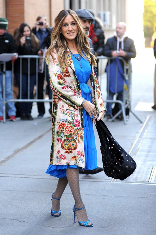 Сара Джессика Паркер в пальто с принтом и голубом платье