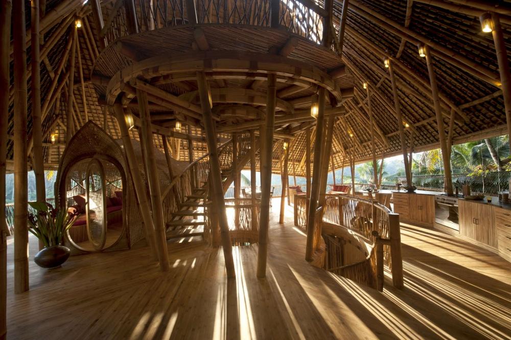 Девушка бросила работу, уехала на Бали и построила там роскошный дом из бамбука заграница,поездка,страны