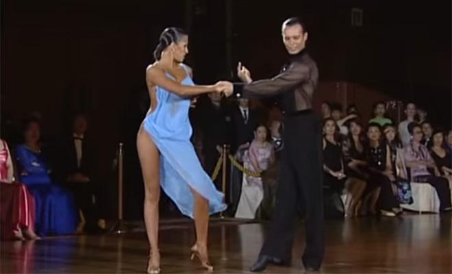 Откровенное платье танцовщицы заставило судей подарить паре победу. Да зачем они вообще танцевали!
