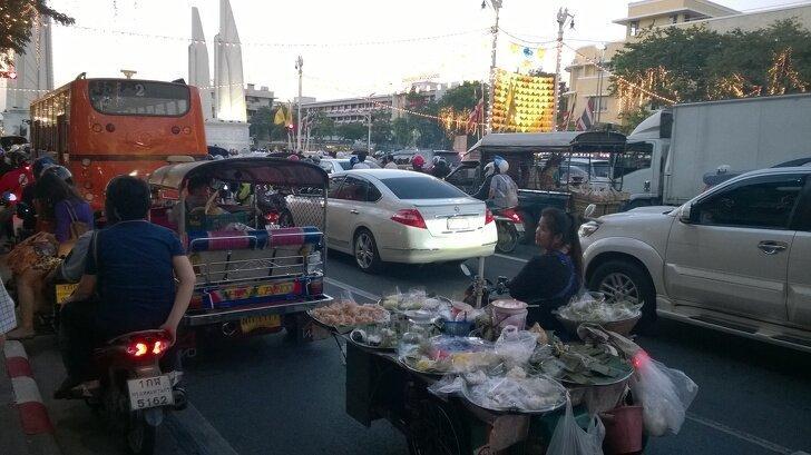 В Бангкоке легко можно перекусить, даже если застрял в пробке страны, факты, это интересно