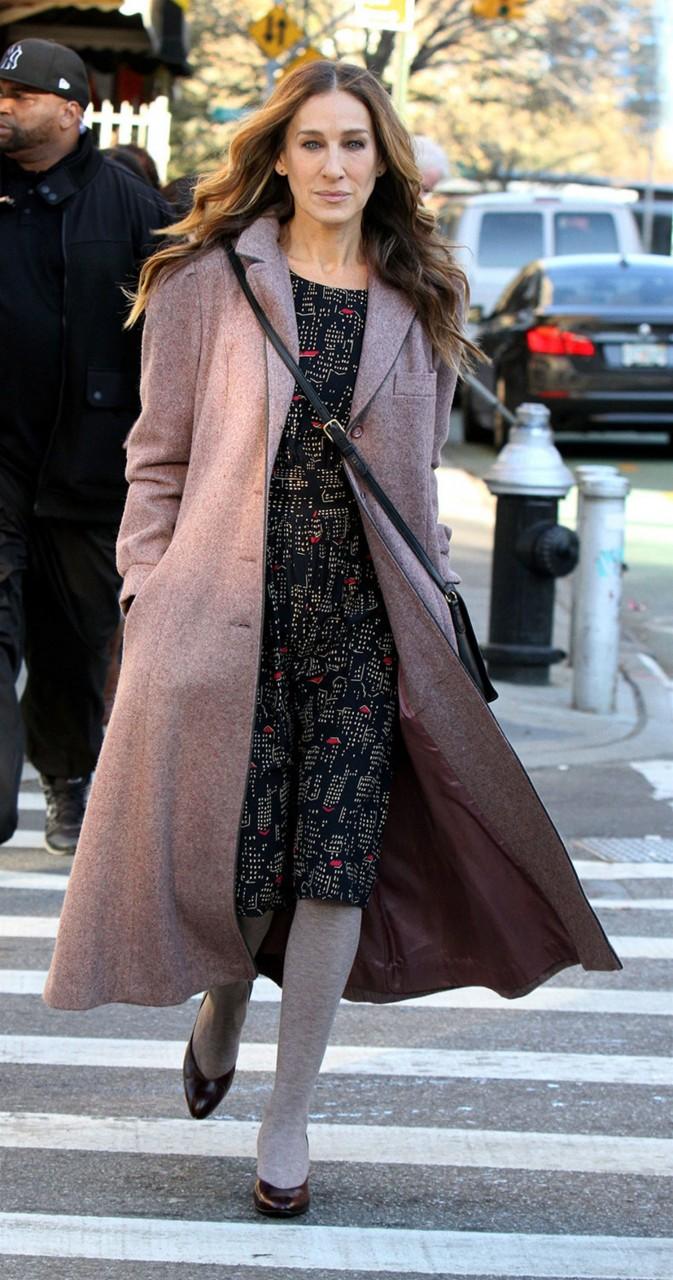 Сара Джессика Паркер в светлом пальто и платье