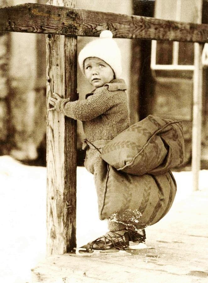 25. Ребенок учится кататься на коньках, Нидерланды, 1933 год интересно, исторические фото, история, ностальгия, фото