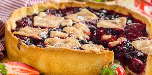 Открытый летний пирог с ягодами