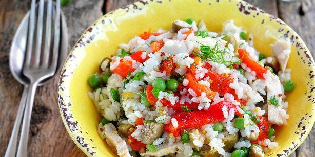 Салат с рисом, курицей, запечённым болгарским перцем, горошком и оливками