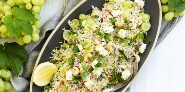 Салат с рисом, виноградом, кешью и фетой