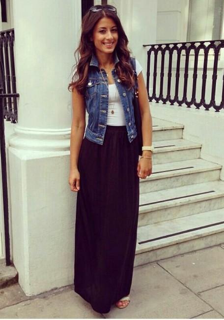 Девушка в длинной юбке и джинсовом жилете