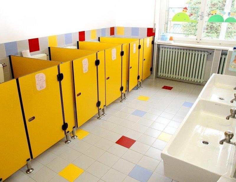 Руководство московской школы решило не пускать детей в туалет без справки