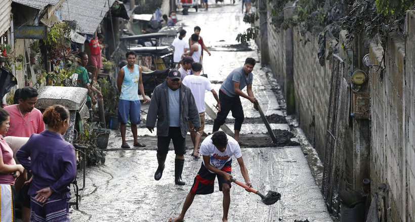 Вулкан засыпал филиппинцев пеплом, но они придумали как получить от этого выгоду