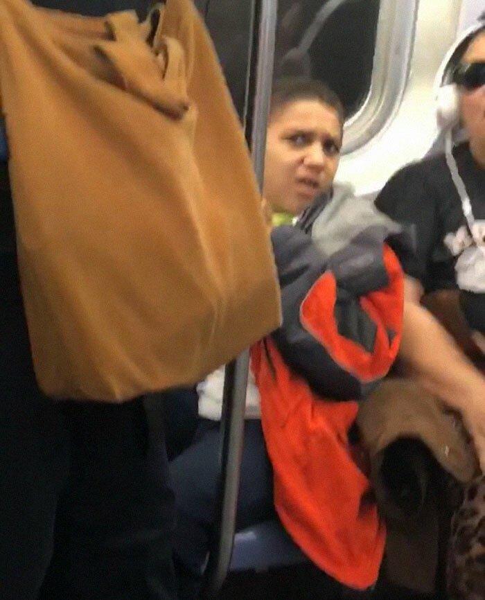 Мальчик отказался убирать ноги с сиденья в вагоне метро, но пассажир не растерялся истории из жизни
