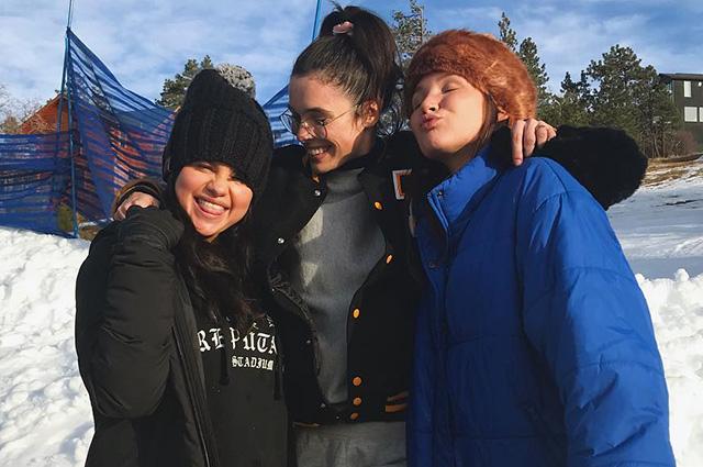 Все проблемы позади: Селена Гомес весело провела время с друзьями на снежных горках