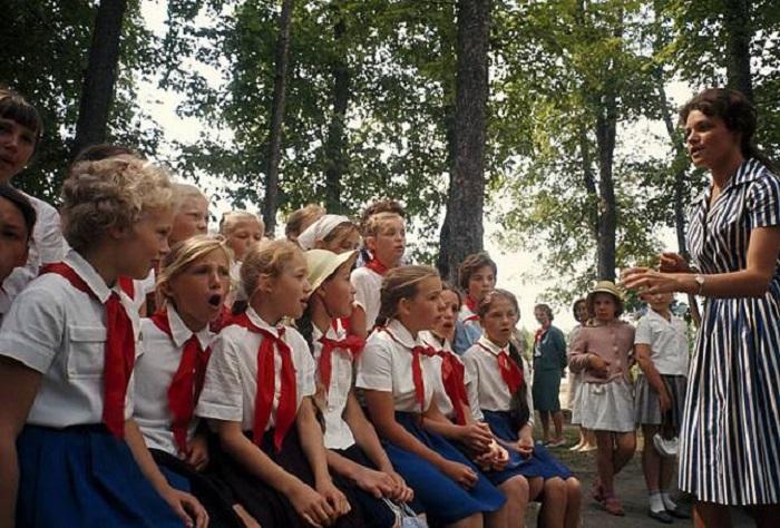 Школьники изучают английский язык в парке на территории района Сокольники.