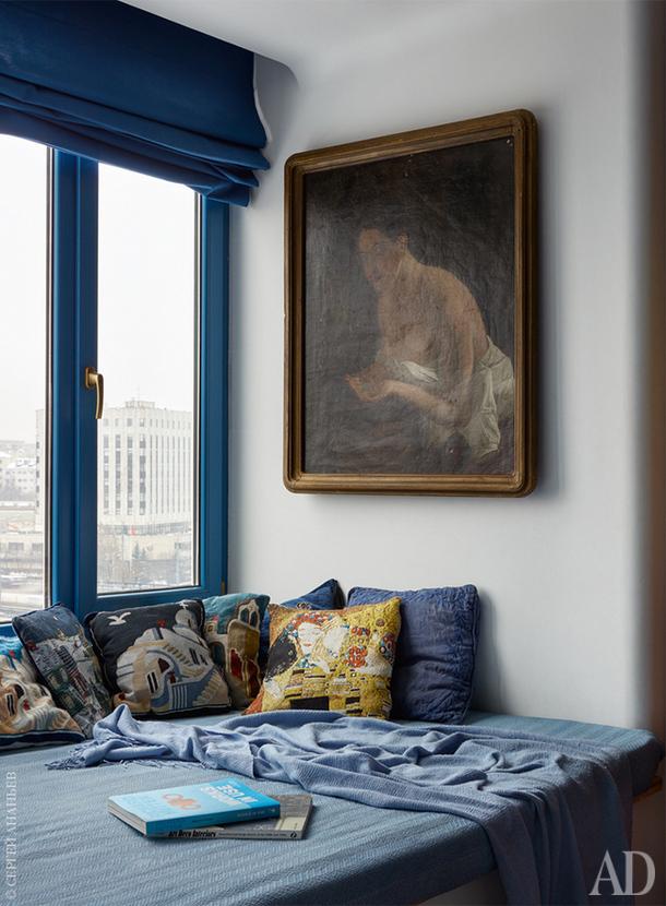 Картина на стене — копия работы Карла Брюллова, полученная Кириллом по наследству. За ней спрятан телевизор.