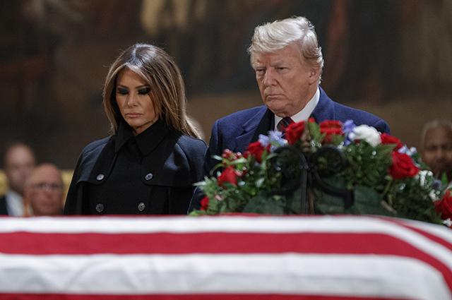 Дональд и Мелания Трамп почтили память Джорджа Буша-старшего