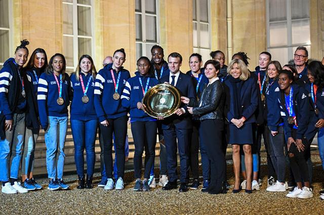 Эммануэль и Брижит Макрон приняли в Елисейском дворце женскую сборную Франции по гандболу