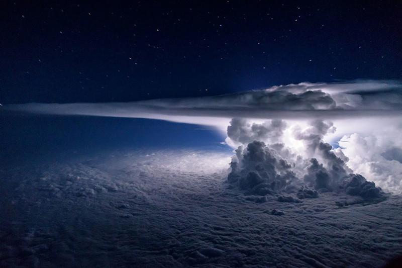 Захватывающие дух фотографии штормов из кабины пилота