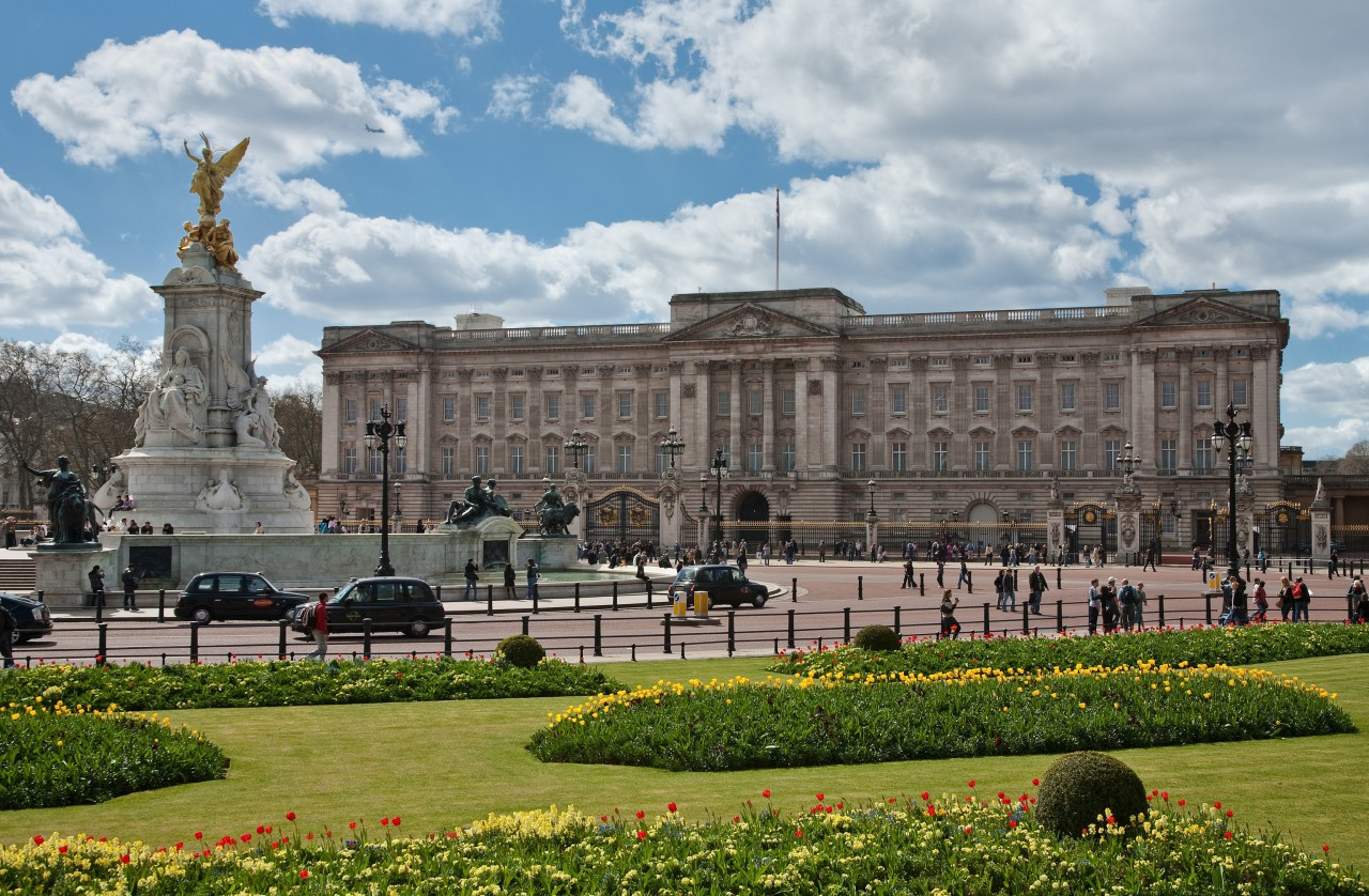 https://upload.wikimedia.org/wikipedia/commons/b/b4/Buckingham_Palace%2C_London_-_April_2009.jpg