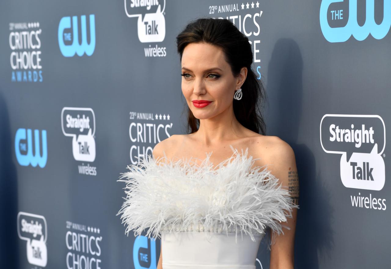 Белая и пушистая: Анджелина Джоли в платье ralph & russo с высоким разрезом