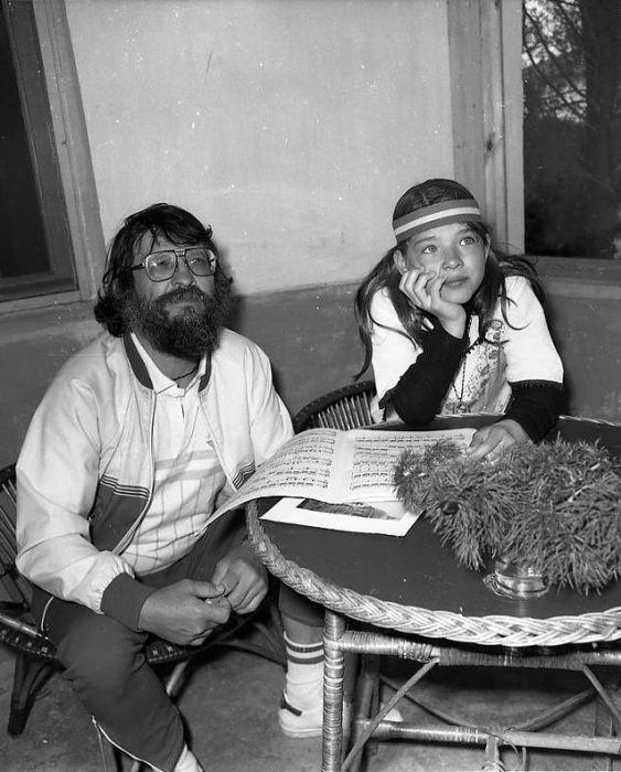 Олег Осетинский с дочерью Полиной, которая, повзрослев, обвиняла своего отца в жестоком обращении. 1985 год. / Фото: www.fotogl.com