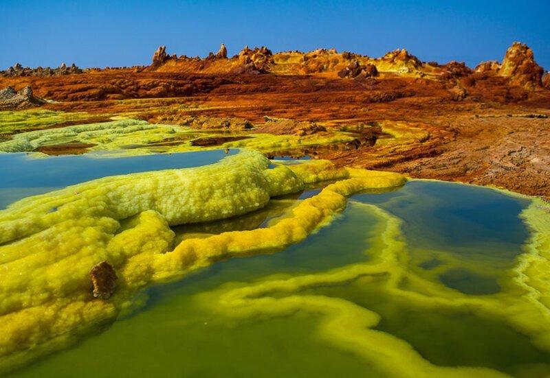 Цветные образования на поверхности горячих источников. Фото: Эрик Лаффордже (Eric Lafforgue: Getty) безжизненное место, вулканы, интересное, фотографии
