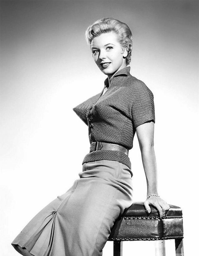 Бюстгальтеры «Пуля» — незаменимая деталь, пользовавшаяся популярностью у девушек 1950-х годов