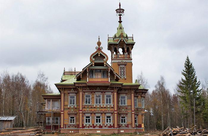 Удивительный деревянный терем в Чухломе Костромской области
