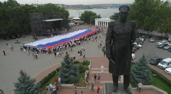 В Севастополе развернули 50-метровый триколор