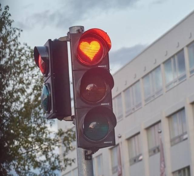 Светофор со стоп-сигналом в форме сердца