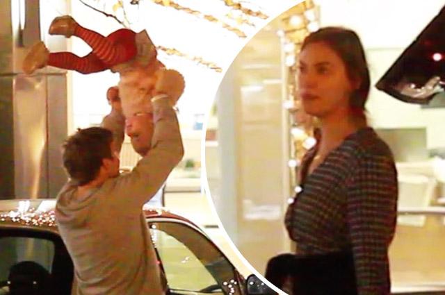 Ирина Шейк и Брэдли Купер порезвились с дочерью на прогулке
