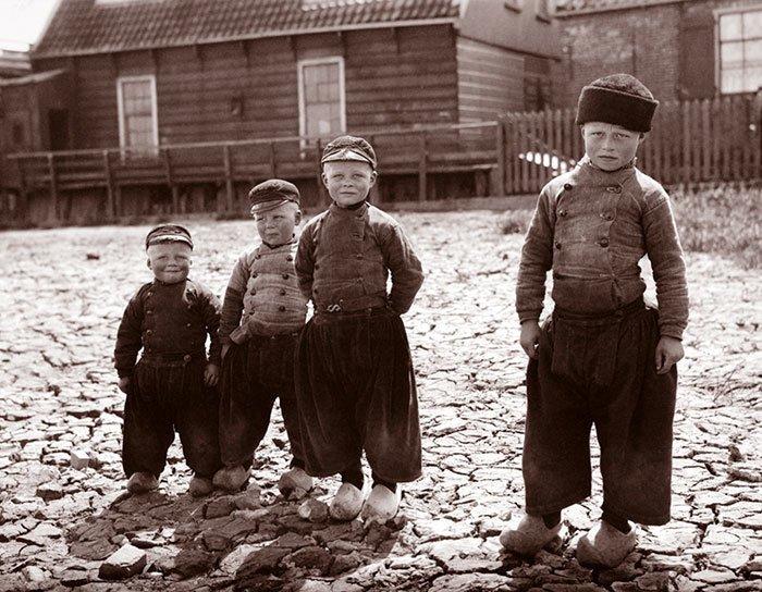 Мальчишки из Воллендама, Голландия ХХ век, винтаж, восстановленные фотографии, европа, кусочки истории, путешествия, старые снимки, фото