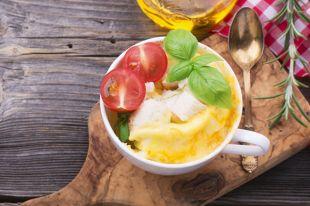 Быстрый завтрак. Как приготовить омлет с зеленью в микроволновке
