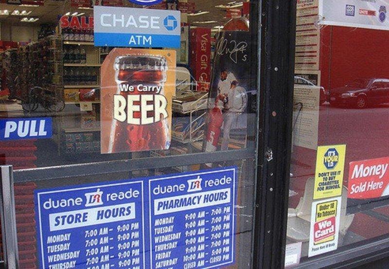 """2. В аптеках продаются еда, напитки, и в том числе пиво (Вывеска на аптеке: """"У нас есть пиво!"""") америка, американцы, в мире, подборка, привычки, разные страны, сша, традиции"""
