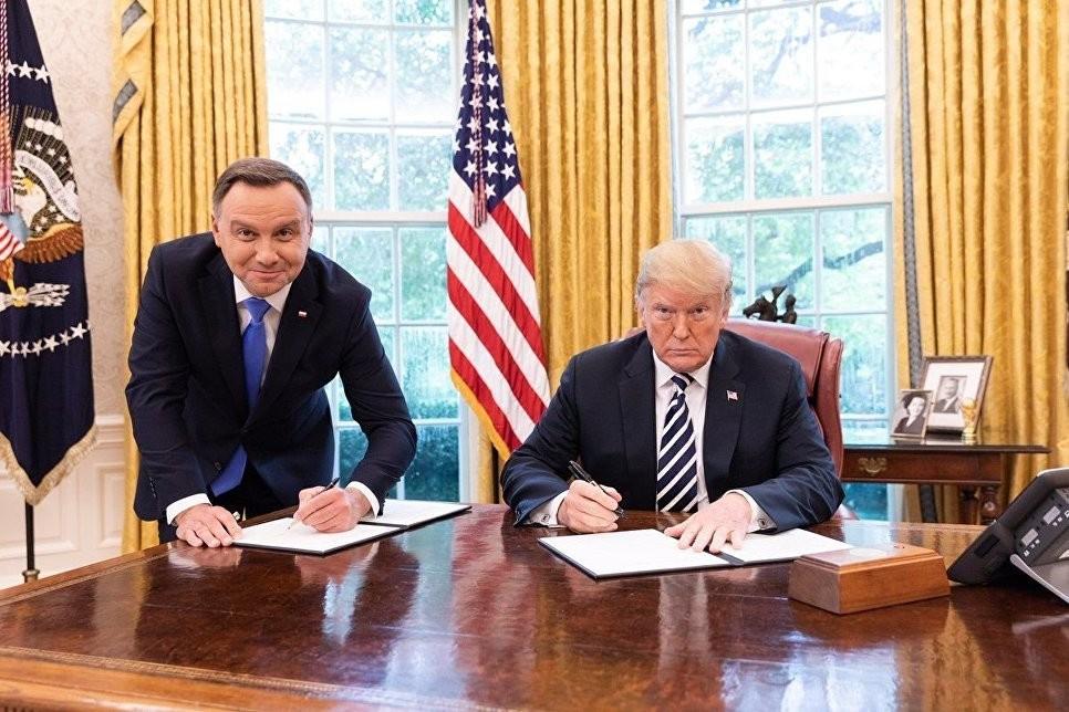 """""""Полное унижение"""". Пользователи Сети высмеяли фото президентов США и Польши"""