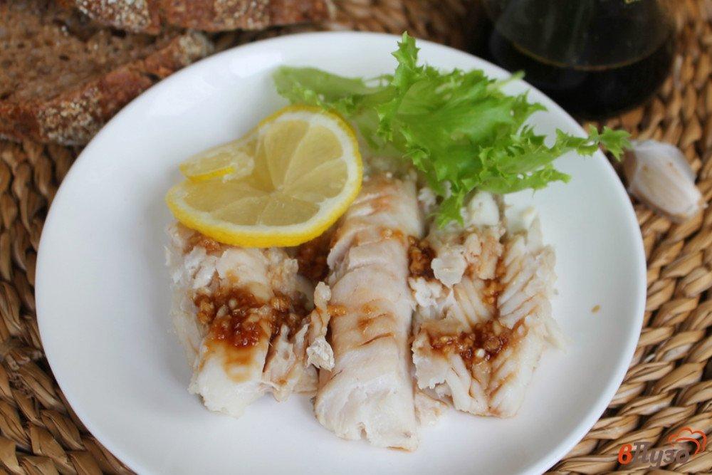 Фото приготовление рецепта: Хек с чесноком и соевым соусом шаг №5