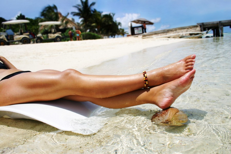 Картинка ноги девушки на пляже