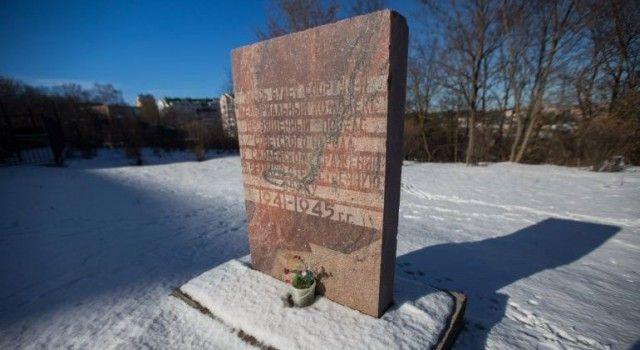 Ржавый мемориал в честь победы в Великой Отечественной войне