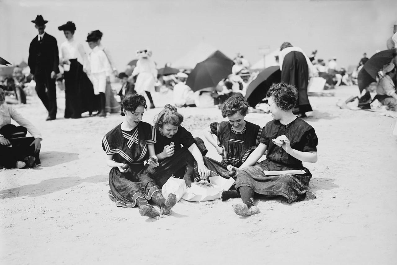 Пикник на пляже, Кони-Айленд, Нью-Йорк Сити, примерно 1900 г. 100 лет назад, 20 век, архивные снимки, архивные фотографии, пляж, пляжный отдых, черно-белые фотографии, чёрно-белые фото