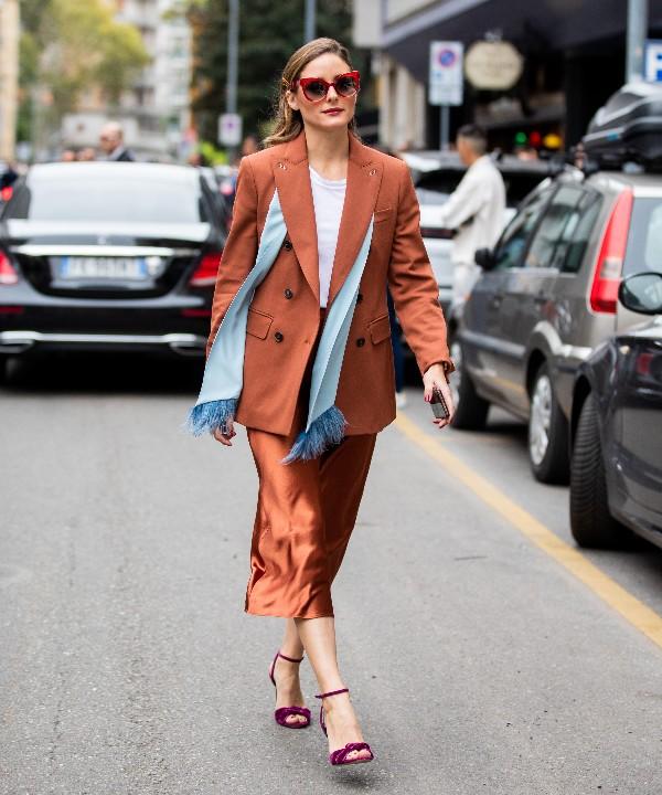 Оливии Палермо в шелковой юбке, блейзер и бордовые босоножки
