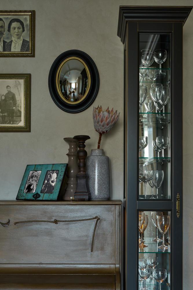 Гостиная в цветах: Бирюзовый, Голубой, Салатовый, Темно-зеленый, Фиолетовый. Гостиная в стиле: Неоклассика.