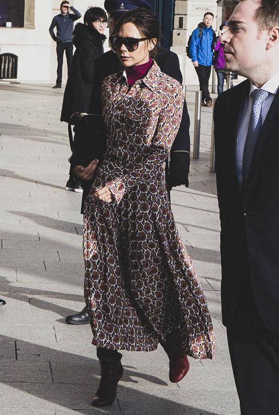Виктория Бекхем в коричневом легком платье с принтом, бордовая водолазка и сапоги
