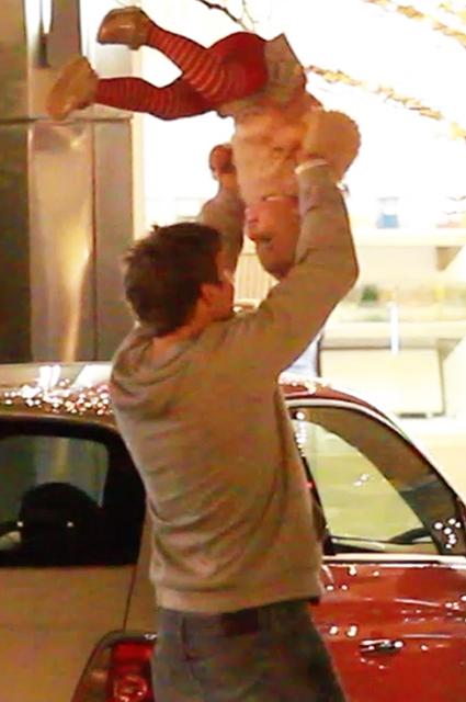 Ирина Шейк и Брэдли Купер порезвились с дочерью на прогулке звездные дети, ирина шейк, брэдли купер
