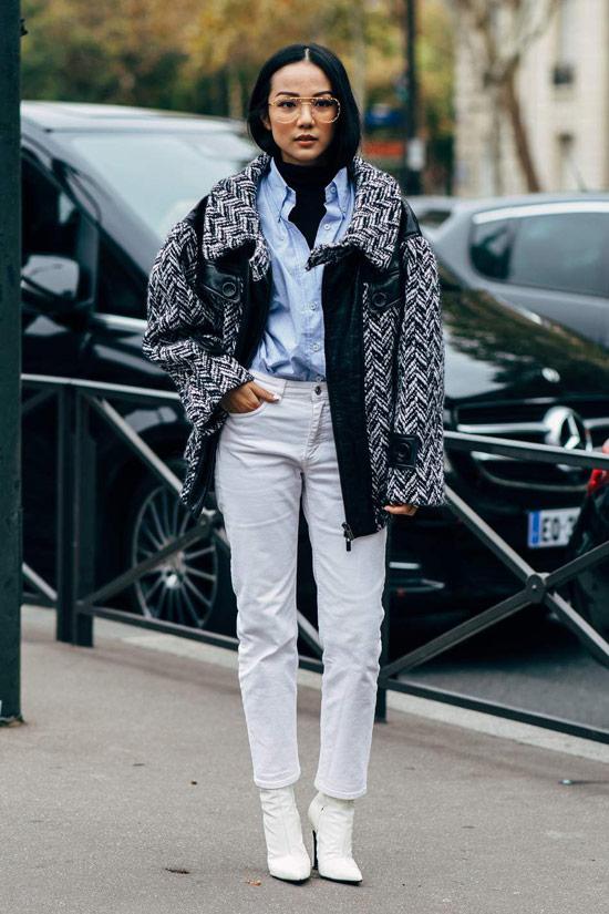 Девушка в белых джинсах, голубая рубашка и серая куртка с принтом, белые ботильоны