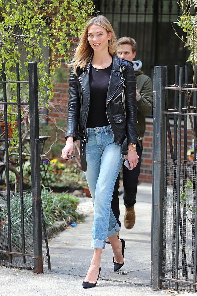 Карли Клосс в голубых джинсах, черная футболка и черная косуха
